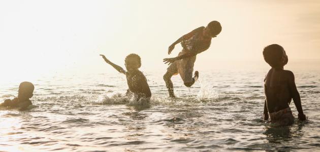 تفسير حلم السباحة في البحر مع اشخاص