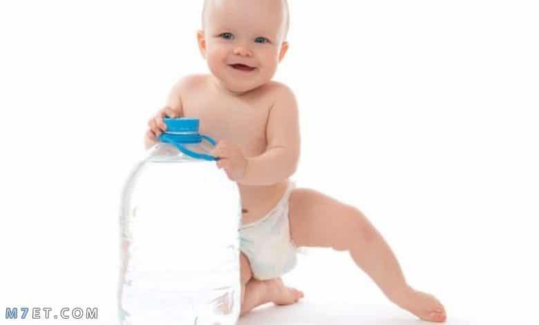 متى يعطى الرضيع الماء