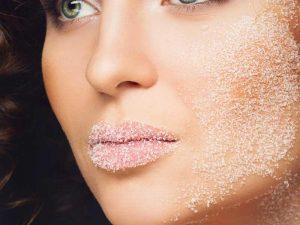 فوائد تقشير الوجه بالكريمات وطرق التقشير الطبيعي