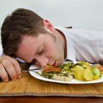 أسباب النعاس بعد الأكل وأهم الطرق للتخلص منه