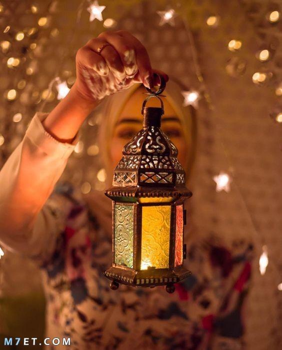 فتاة تحمل فانوس شهر رمضان 2021