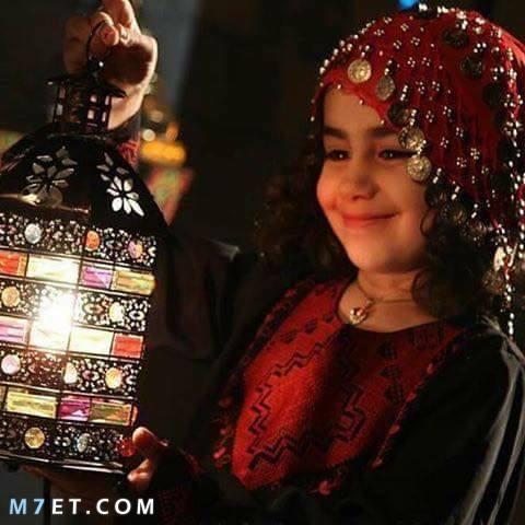 طفلة تحمل فانوس شهر رمضان 2021