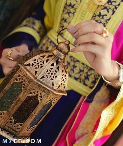 فتاة تمسك فانوس رمضان 2021